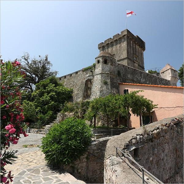 """The Castle Wall, il muro che non separa è fatto di mattoni """"umani"""""""
