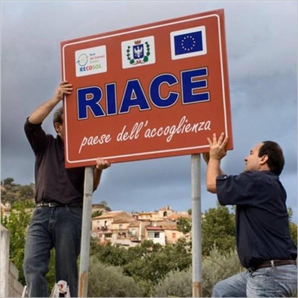 La Comunità dell'Arte in Italia si schiera con Riace